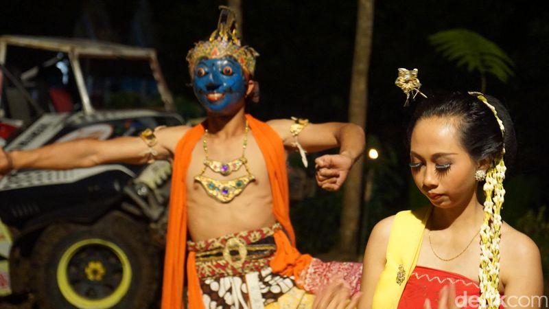 Tari Lengger Tapeng merupakan kepanjangan dari Tayub Tapeng, atau menari dengan topeng. Karena mayoritas penari menggunakan topeng (Shinta/detikTravel)