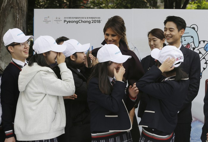 First Lady AS, Melania Trump sedang melakukan kunjungan ke Seoul dalam rangka mempromosikan perhelatan Olimpiade Musim Dingin 2018. Namun yang bikin salah fokus adalah pria muda di sebelahnya. (Foto: Getty Images)