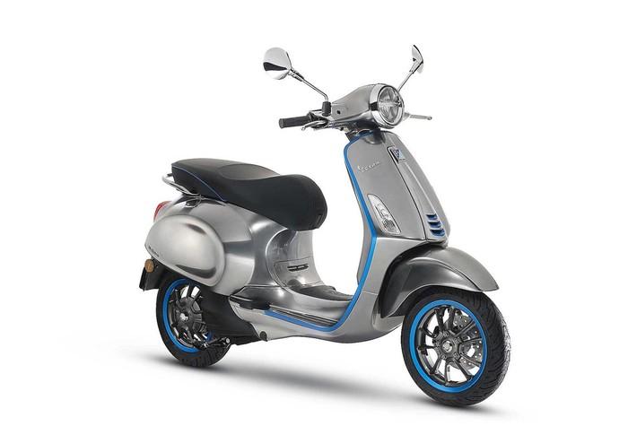 Era mobilitas elektrik mulai menyambut. Vespa di pameran otomotif roda dua yang digelar di Milan, Italia, memperkenalkan skuter berenaga listrik, Vespa Elettrica.
