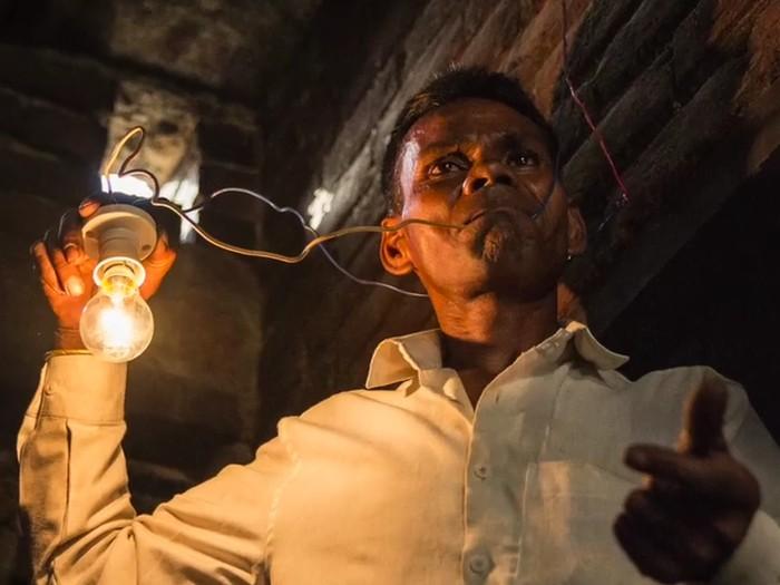 Naresh Kumar dari Muzzafarnagar, India, dijuluki manusia bohlam setelah mengakui punya kebiasaan yang tidak biasa yaitu bisa makan listik. (Foto: Youtube/CAP TV)
