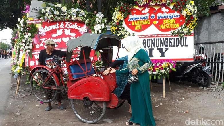 Saat Tamu Resepsi Pernikahan Kahiyang Diantar Becak Gratis