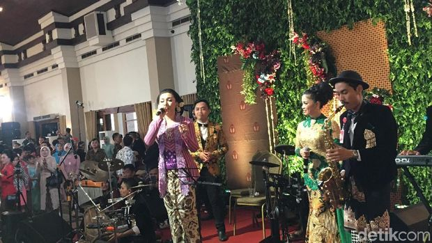Vicky menyanyikan lagu Pergi Pagi Pulang Malam yang diaransemen dangdut