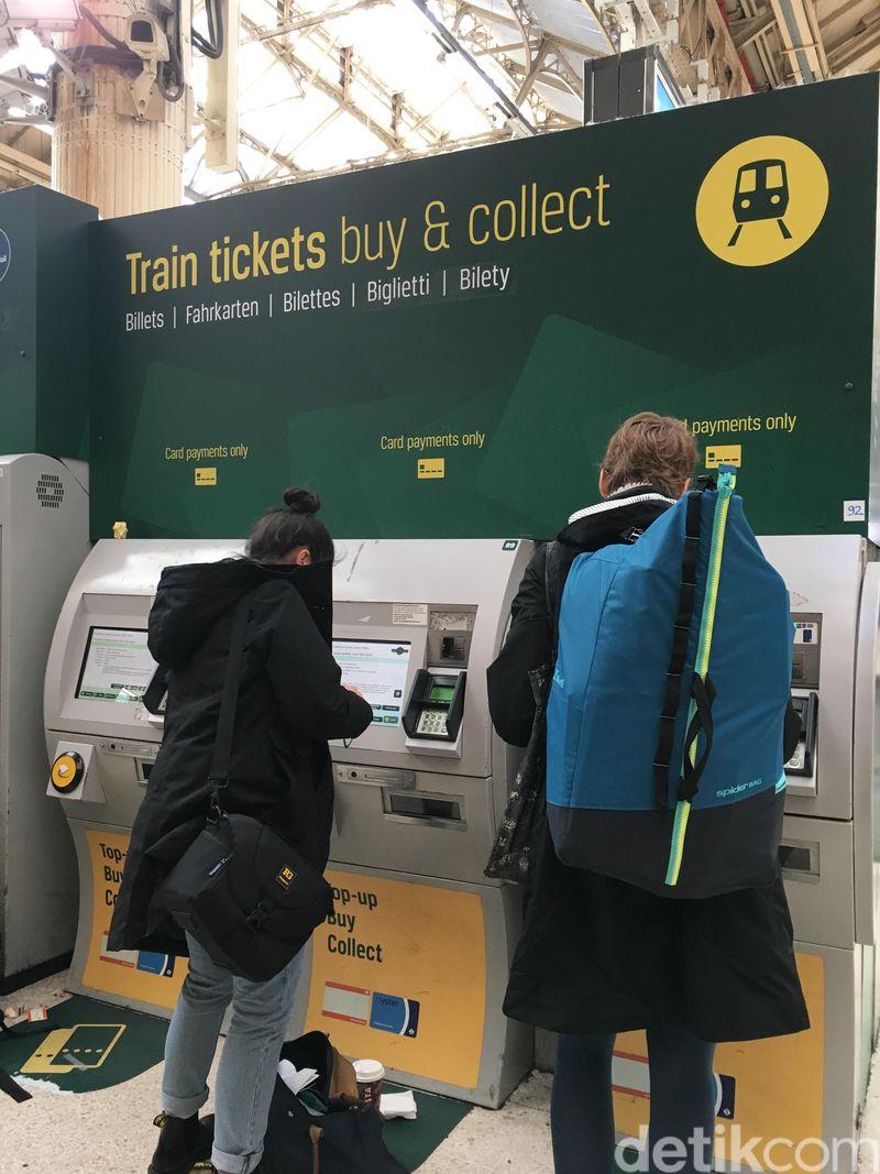 Di London kita bisa menghemat biaya transportasi. Di sini ada banyak transportasi publik yang bisa dijajal. Ada bus, kereta listrik yang dikenal dengan nama tube, tram, riverboat. (Erna/detikTravel)