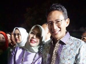 Gaya Sandiaga Uno Kompak Berbatik Bunga dengan Istri di Pernikahan Kahiyang