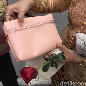 Intip Isi Suvenir Tamu Pernikahan Kahiyang Ayu dan Bobby Nasution