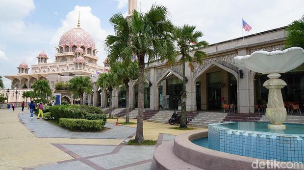 Masjid pink di pusat Kota Putrajaya