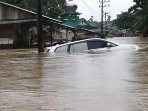 Banjir Setinggi 2 Meter Landa Aceh Singkil, Mobil Terseret Arus