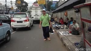 Sering Dirazia, Pedagang Tak Kapok Jualan di Trotoar Jatinegara