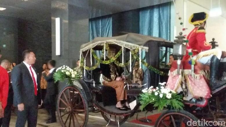 Penampilan Kahiyang dan Bobby Berbusana Adat Jawa di Akad Nikah