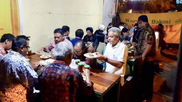 Tampak Presiden kelima RI Megawati Soekarnoputri ikut makan bersama di warung kaki lima
