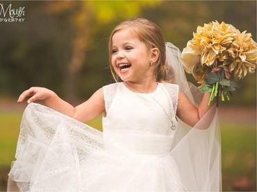 Tuh, happy banget kan Sophia ketika dia akhirnya bisa melakukan wedding photoshoot ini. (Foto: Facebook/Sassy Mouth Photo)