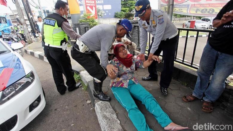 Ibu Ini Pingsan Saat Suaminya Ditilang Polisi