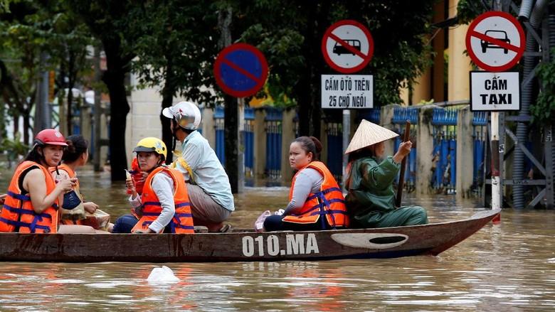 Jelang KTT APEC, 106 Orang Tewas Akibat Topan Damrey di Vietnam