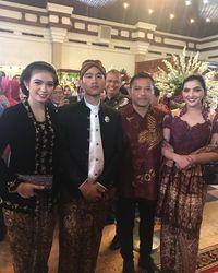 Ashanty dan Anang yang sedang berada di pernikahan Kahiyang-Bobby.