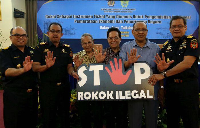 Direktur Jenderal Bea dan Cukai Heru Pambudi (kedua dari kiri) menyerahkan plakat Kampanye Nasional Stop Rokok Ilegal kepada Ketua Gabungan Produsen Rokok Putih Indonesia (Gaprindo) Muhaimin Moefti (ketiga dari kiri), Ketua Gabungan Perserikatan Rokok Indonesia (Gappri) Ismanu Soemiran (keempat dari kiri), dan Ketua Harian Forum Masyarakat Industri Rokok Seluruh Indonesia (Formasi) Heri Susianto (kedua dari kanan) di Direktorat Bea dan Cukai, Jakarta, Kamis (9/11/2017). Pool/Gaprindo.