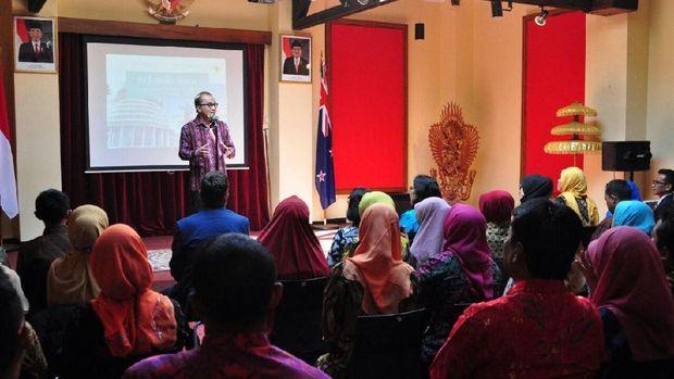 Kegiatan pelatihan diadakan dalam bentuk seminar hingga kunjungan ke sekolah