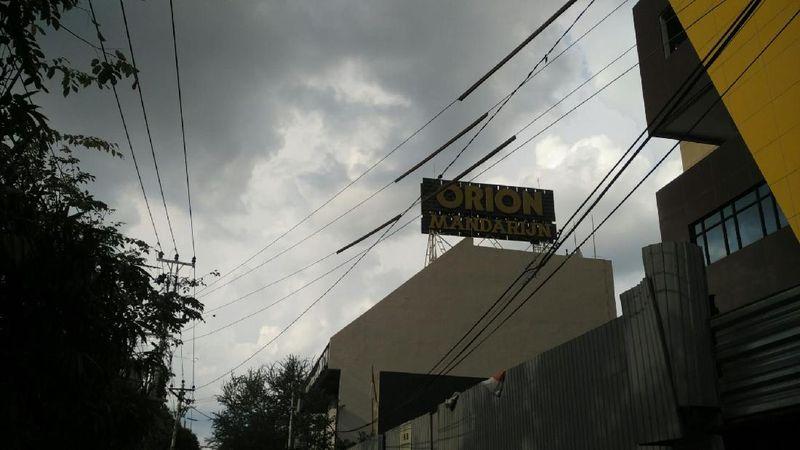 Toko Roti Orion adalah toko kue yang sudah sangat legendaris di Kota Solo. Berdiri sejak 1932, toko kue ini selalu diincar pelancong yang kebetulan sedang pulang kampung ke Solo (Wahyu/detikTravel)