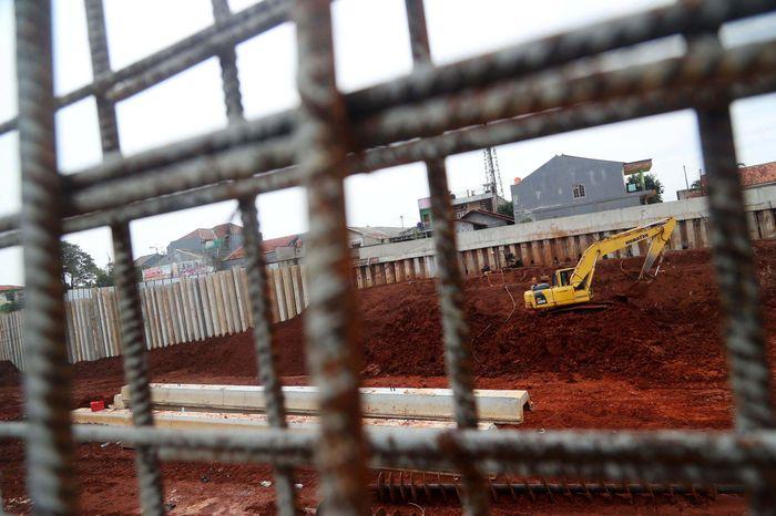 Pekerja terus melakukan penyelesaian pembangunan Tol Depok-Antasari.