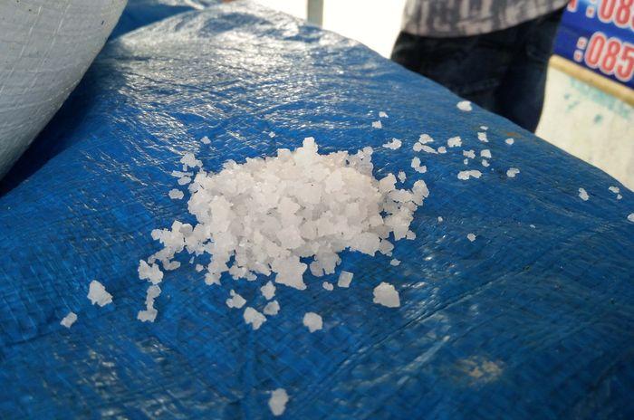 Kristal garam yang dihasilkan petani garam di Takalar. Tiap musimnya menghasilkan 20 ton kristal garam.
