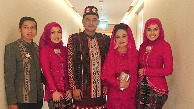 Bobby Nasution dan keluarganya /