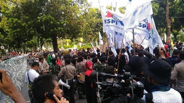 Foto: Massa buruh tertahan di depan Kemenhub. (Wildan-detikcom)
