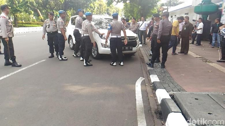 Ada Demo Buruh, Polisi Dorong Mobil Parkir Liar di Depan Kemenhub