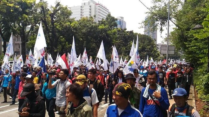 Buruh long march ke Balai Kota dari Patung Kuda (Foto: Samsudhuha Wildansyah/detikcom)