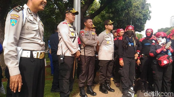 Kapolda Metro Jaya Irjen Idham Azis memantau demo buruh di Jalan Medan Merdeka Selatan (Foto: Samsudhuha Wildansyah/detikcom)