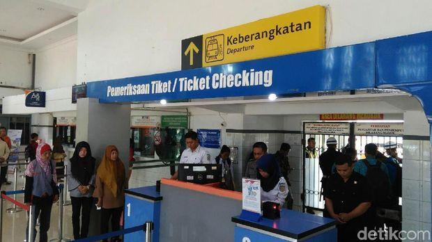 Seluruh karyawan di Stasiun KA Kutoarjo hening cipta