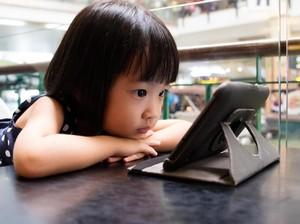 Saat Anak Mupeng pada Postingan Temannya di Medsos