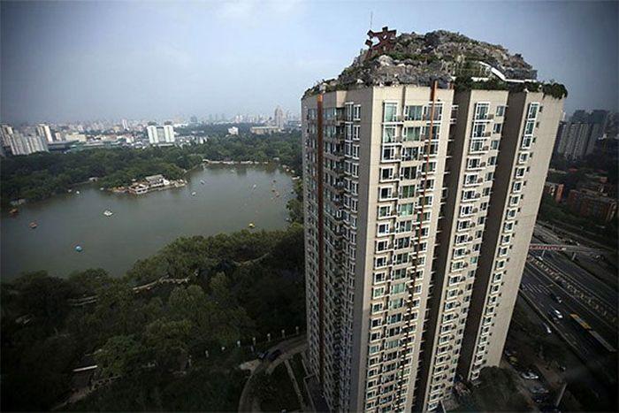 Zhang Biqing, profesor di bidang pengobatan tradisional China, menghabiskan 6 tahun untuk membangun gunung di puncak gedung ini. Istimewa/boredpanda.
