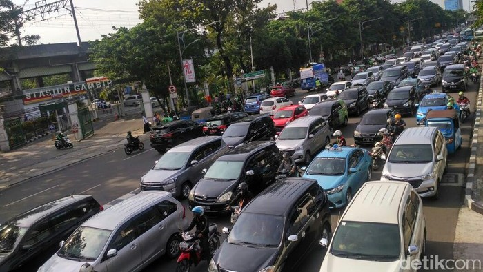 Foto: Lalin di depan Stasiun Gambir. (Denita-detikcom)