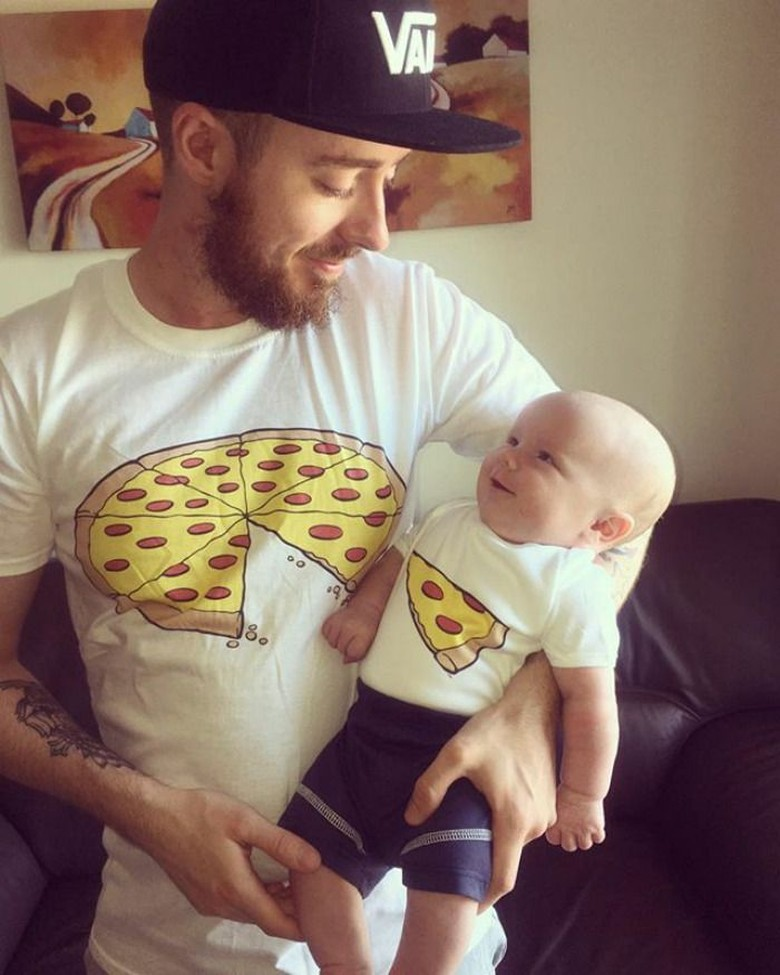Ayah memakai baju bergambar pizza terpotong, potongannya ada di kaos anaknya. So Sweet. Foto: istimewa
