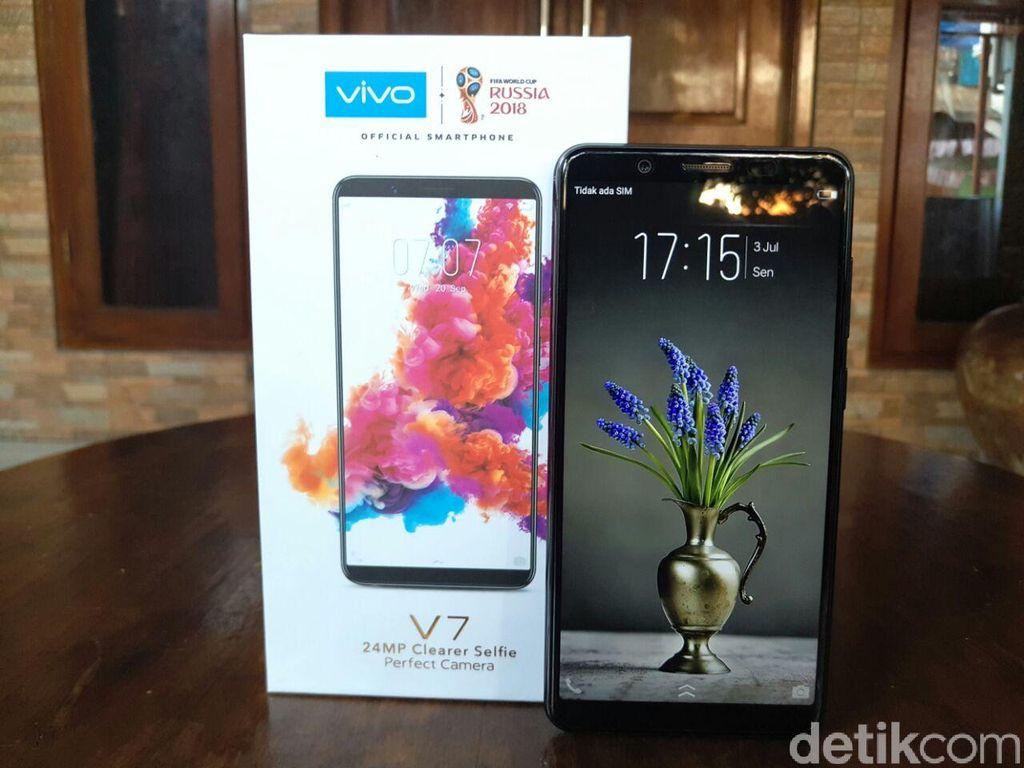Perbedaan ponsel ini dibandingkan V7+ paling menonjol terletak di ukuran layarnya. V7 mengusung dimensi 5,7 inch untuk layarnya, sementara V7+ layarnya menawarkan bentang 5,9 inch. Foto: Yudhianto/detikINET