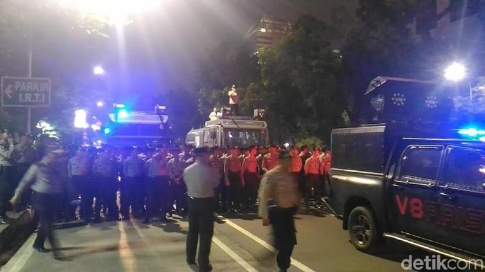 Kapolres Jakpus mengimbau massa yang berkumpul di depan parkiran IRTI untuk membubarkan diri. (Samsudhuha Wildansyah/detikcom)