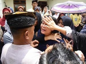 Isak Tangis Keluarga Iringi Pemakaman dr Letty