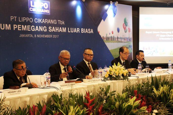Presiden Komisaris PT Lippo Cikarang Tbk Ketut Budi Wijaya (dua dari kiri) memimpin Rapat Umum Pemegang Saham Luar Biasa PT Lippo Cikarang Tbk, Rabu (8/11), didampingi oleh Komisaris Independen PT Lippo Cikarang Tbk Hadi Cahyadi (tengah), Direktur Hong Kah Jin (dua dari kanan), Direktur Ju Kian Salim (kanan), dan Komisaris Sugiono Djauhari.