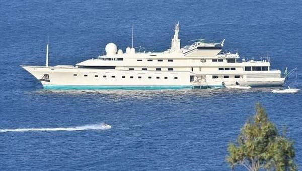 Selama liburan, Alwaleed menyewa hotel di tepi pantai, vila, dan beberapa pondokan. Ia juga menghabiskan beberapa hari di kapal pesiarnya, Kingdom 5KR. Kapal pesiar itu sebelumnya dimiliki oleh Donald Trump dan dibeli lagi oleh Alwaleed (Dok Telegraph)