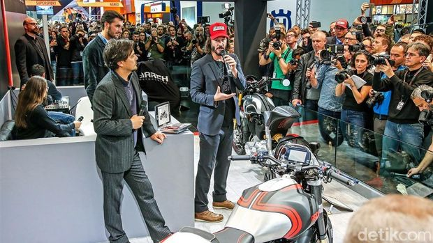 Keanu Reeves memamerkan motornya di EICMA Milan