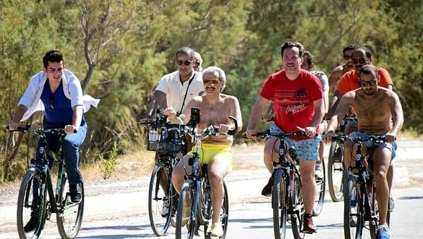 Pangeran berusia 62 tahun itu ingin bersepeda dan berkuda mengelilingi kota pesisir. Dalam foto yang beredar, ia dikawal oleh belasan pengawal dan terlihat amat santai (Dok arynews.tv)