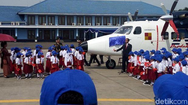 Anak-anak kecil ikut peresmian pesawat oleh Jokowi.