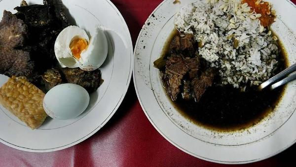 Memiliki kuah hitam yang khas, rawon jadi makanan khas yang bisa dicicipi saat ke Surabaya. (Istimewa)