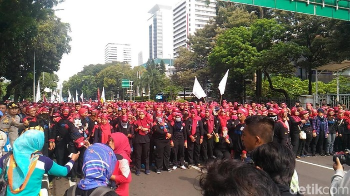 Foto: Massa buruh long march ke Istana. (Wildan-detikcom)