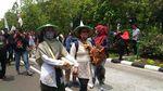 Penampakan Buruh yang Long March ke Balai Kota