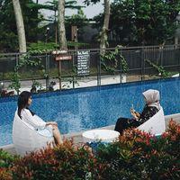 Menikmati makanan enak sambil berenang di Kalpa Tree, Bandung.