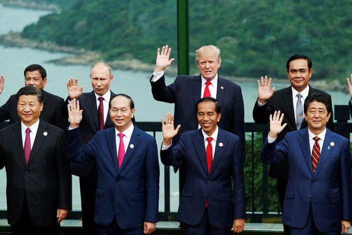 Presiden Joko Widodo (Jokowi) hadir dalam acara retreat APEC Economic Leaders Meeting di InterContinental Da Nang Resort, Vietnam, Sabtu (11/11/2017). Jokowi menghadiri salah satu dari rangkaian agenda APEC tersebut usai melakukan pertemuan bilateral dengan Perdana Menteri Australia Malcolm Turnbull di Furama Resort, Da Nang. Jorge Silva/Reuters.