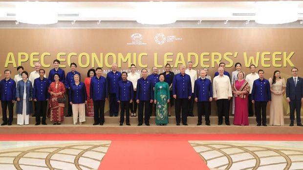 Presiden Joko Widodo (ketiga kiri depan) bersama Ibu Negara Iriana Joko Widodo (keempat kiri depan) berfoto bersama pemimpin negara APEC di Da Nang, Vietnam, 2017.
