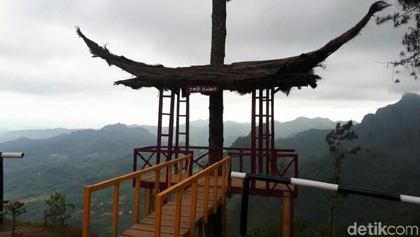 Selain panggung matahari, traveler juga bisa berfoto di spot yang berbentuk gapura lho (Rinto Heksantoro/detikTravel)