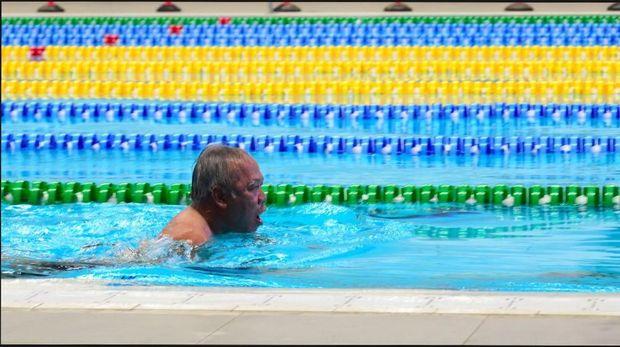 Menteir PUPR Basuki Hadimuljono jajal kolam renang di GBK