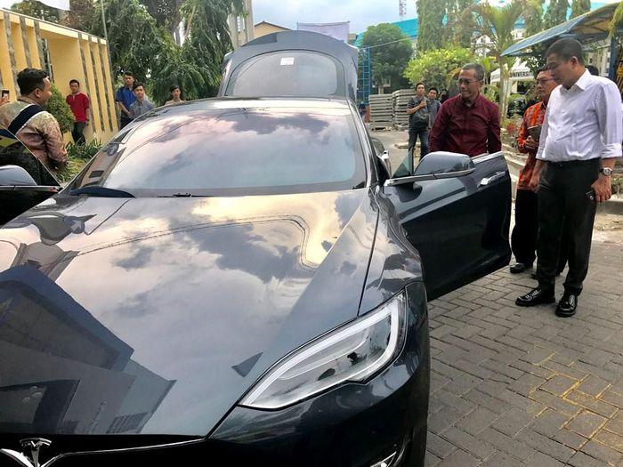 Berkunjung ke Surabaya belum lama ini, Jonan berkesempatan melihat langsung mobil listrik Tesla. Dok. Kementerian ESDM.